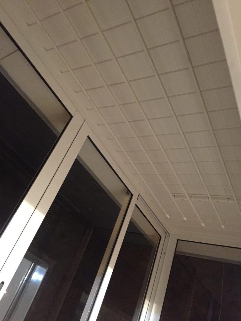 Монтаж сушки для белья на балконе